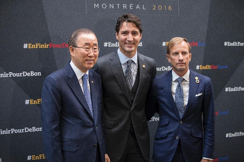 Canadian Prime Minister Justin Trudeau (C) poses for photos with UN Secretary-General Ban Ki-moon and Mark Dybul, Executive Director of the Global Fund at the Fifth Replenishment Conference of the Global Fund to Fight AIDS, Tuberculosis and Malaria (AFP Photo/Geoff Robins)