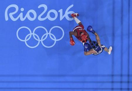 2016 Rio Olympics - Boxing - Semifinal - Women's Fly (51kg) Semifinals Bout 252 - Riocentro - Pavilion 6 - Rio de Janeiro, Brazil - 18/08/2016. Ingrid Valencia (COL) of Colombia and Sarah Ourahmoune (FRA) of France compete.  REUTERS/Pool
