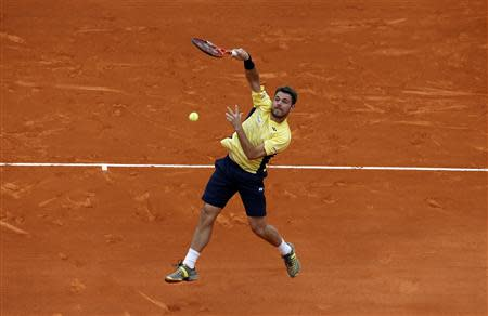 Stanislas Wawrinka of Switzerland returns the ball to Marin Cilic of Croatia during the Monte Carlo Masters in Monaco April 16, 2014. REUTERS/Eric Gaillard