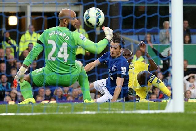 Chelsea's Brazilian midfielder Ramires (R) scores his team's fifth goal past Everton's US goalkeeper Tim Howard (L) during the English Premier League football match between at Goodison Park in Liverpool on August 30, 2014 (AFP Photo/Lindsey Parnaby)