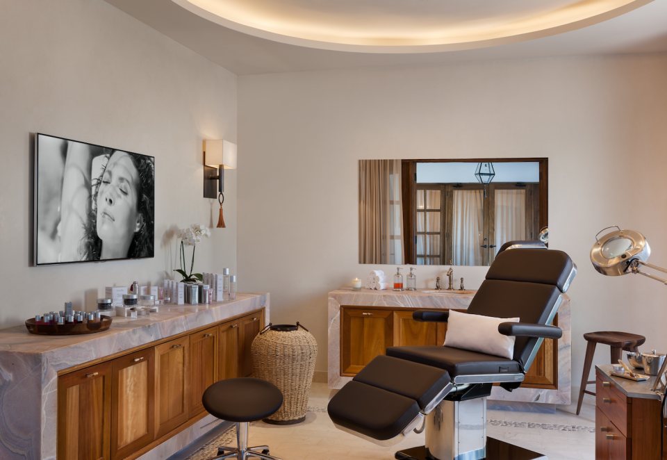 """<p>This is the beauty salon where Jasmine and her bridesmaids can get ready ahead of the intimate nuptials, that <a rel=""""nofollow"""" href=""""https://au.lifestyle.yahoo.com/karl-stefanovics-star-studded-wedding-guest-list-004621155.html?guccounter=1"""" data-ylk=""""slk:has an exclusive guest list;outcm:mb_qualified_link;_E:mb_qualified_link;ct:story;"""" class=""""link rapid-noclick-resp yahoo-link"""">has an exclusive guest list</a>.<br>Source: <a rel=""""nofollow noopener"""" href=""""https://www.oneandonlyresorts.com/one-and-only-palmilla-los-cabos"""" target=""""_blank"""" data-ylk=""""slk:One&Only"""" class=""""link rapid-noclick-resp"""">One&Only</a> </p>"""