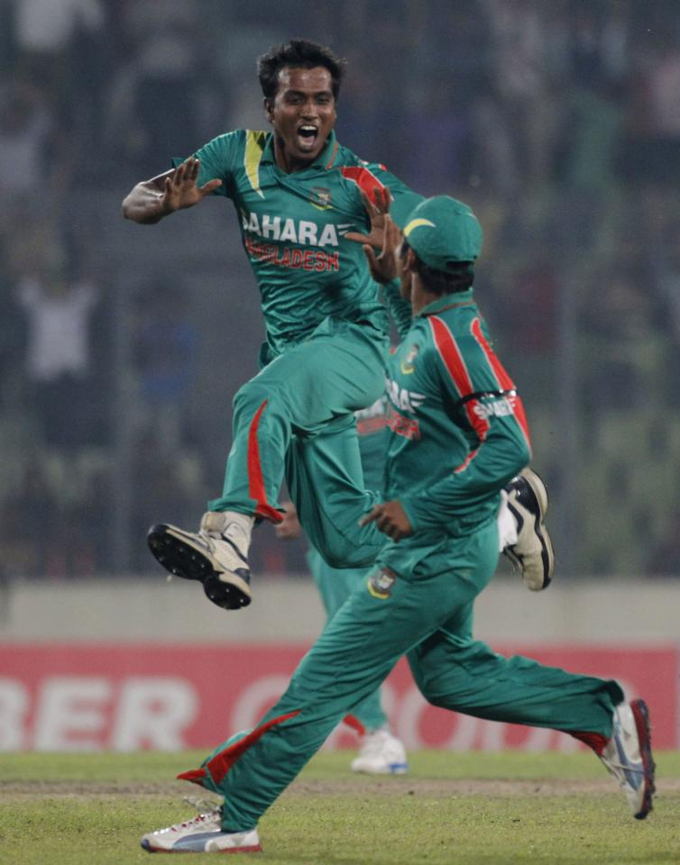 Bangladesh's Rubel Hossain (L) celebrates with a teammate as he dismissed New Zealand's Brendon McCullum successfully during their first one-day international (ODI) cricket match in Dhaka October 29, 2013. REUTERS/Andrew Biraj (BANGLADESH - Tags: SPORT CRICKET)