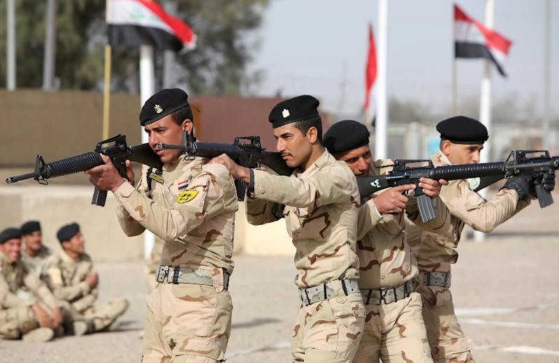 Iraqi soldiers take part in a training session instructed by American and Iraqi military trainers at the Taji base complex, north of Baghdad, on January 7, 2015 (AFP Photo/Ahmad al-Rubaye)