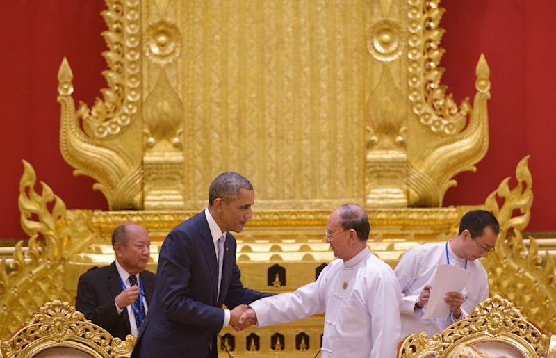 US President Barack Obama (2-L) shakes hands with Myanmar's President Thein Sein at the end of their bilateral meeting at the Presidential Palace in Naypyidaw on November 13, 2014 (AFP Photo/Mandel Ngan)
