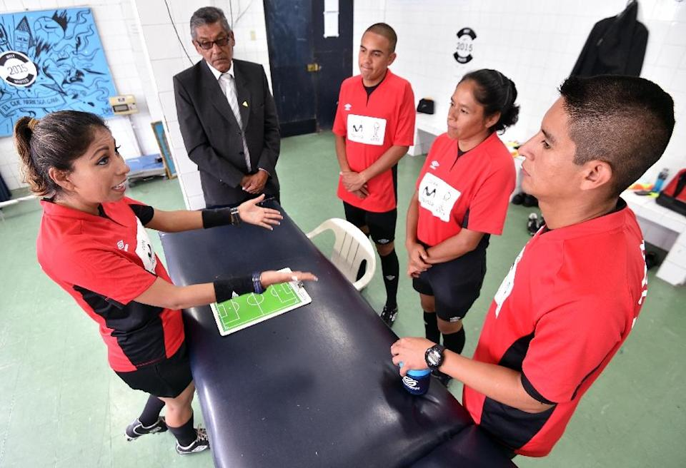 Peruvian referee Melany Bermejo (L) conducts a pre-game briefing with fellow officers before a football match in Lima (AFP Photo/Cris Bouroncle)