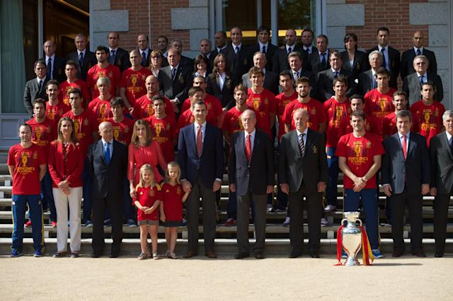 MADRID, SPAIN - JULY 02: King Juan Carlos I of Spain (C) poses with members of the Spanish Royal family, members of Spain's victorious national football team and the UEFA EURO 2012 trophy at Zarzuela Palace on July 2, 2012 in Madrid, Spain. (Photo by Pool/Getty Images)
