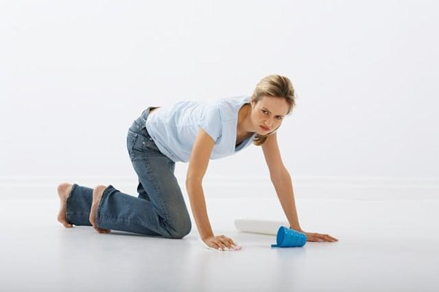 A59X7N Woman Cleaning Floor