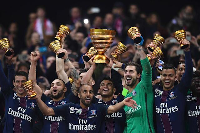 Paris Saint-Germain's Thiago Silva (C) holds the trophy as he celebrates with teammates after winning their French League Cup final against Monaco (ASM) on April 1, 2017 (AFP Photo/FRANCK FIFE)