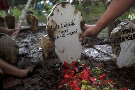 The grave marker of Hayati Lutfiah, a passenger of AirAsia QZ8501, is pictured at a cemetery in Surabaya January 1, 2015. REUTERS/Sigit Pamungkas