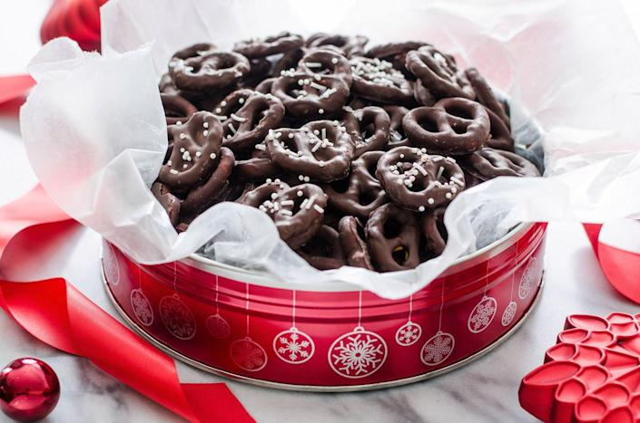 """<p>Sweet and salty for the win! Throw these decadent dark chocolate pretzels into a tin lined with parchment, and you've got yourself the easiest DIY gift ever.</p><p><strong><a href=""""https://thepioneerwoman.com/food-and-friends/dark-chocolate-covered-pretzels/"""" rel=""""nofollow noopener"""" target=""""_blank"""" data-ylk=""""slk:Get the tutorial"""" class=""""link rapid-noclick-resp"""">Get the tutorial</a>.</strong></p><p> <a class=""""link rapid-noclick-resp"""" href=""""https://go.redirectingat.com?id=74968X1596630&url=https%3A%2F%2Fwww.walmart.com%2Fip%2FThe-Pioneer-Woman-Spring-10-Piece-Baking-Prep-Set-Teal%2F269954471&sref=https%3A%2F%2Fwww.thepioneerwoman.com%2Fholidays-celebrations%2Fgifts%2Fg32307619%2Fdiy-gifts-for-mom%2F"""" rel=""""nofollow noopener"""" target=""""_blank"""" data-ylk=""""slk:SHOP BAKEWARE"""">SHOP BAKEWARE</a></p>"""