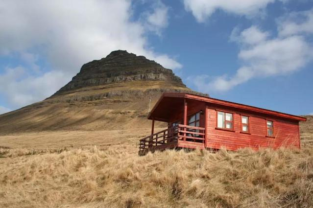 <p>Here's another view of the mountain and cabin. Can't really complain about that view.<br>(Airbnb) </p>