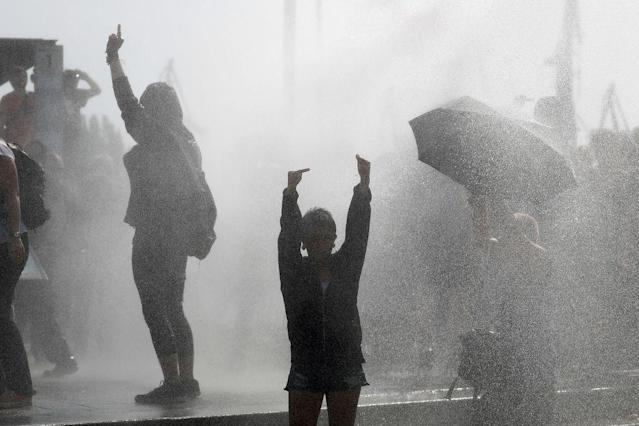 <p>Riot police use water cannon against protesters on July 7, 2017 in Hamburg. (Photo: Odd Andersen/AFP/Getty Images) </p>