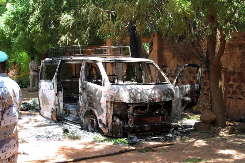 A burned vehicle stands in front of the Hotel Byblos in the central Malian town of Sevare, on August 8, 2015 (AFP Photo/)