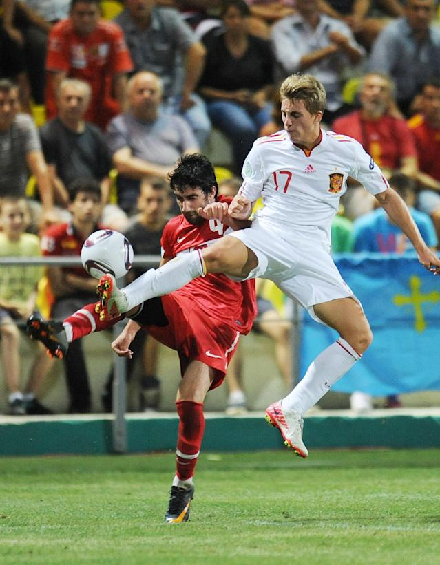 Gerard Deulofeu (R) of Spain vies for the ball with Furkan Seker (L) of Turkey during football final tournament of UEFA European Under-19 Championship 2010/2011 in Chiajna village next to Bucharest July 26, 2011. Turkey won 3-0. AFP PHOTO/DANIEL MIHAILESCU (Photo credit should read DANIEL MIHAILESCU/AFP/Getty Images)