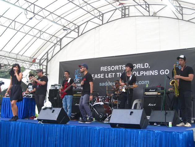 "Local band SIXX rocking the stage at the ""Save the World's Saddest Dolphins"" concert. (Yahoo! photo/Jeanette Tan)"