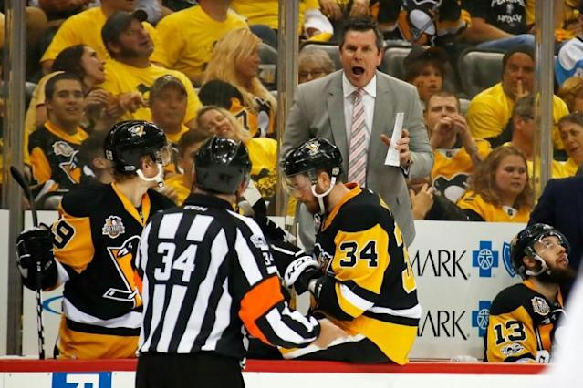 Pittsburgh Penguins coach Mike Sullivan, yelling his thoughts at a referee in last season's NHL playoffs, has agreed on a four-year contract extension with the Penguins (AFP Photo/Gregory Shamus)