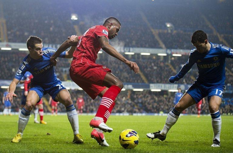 Southampton striker Guly Do Prado (C) is crowded out by Chelsea defender Cesar Azpilicueta (L) and midfielder Eden Hazard at Stamford Bridge on January 16, 2013. Southampton manager Nigel Adkins believes the 2-2 draw showed how the south coast club were on the rise