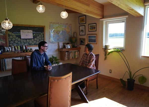 Seiko Toyama chats with a guest