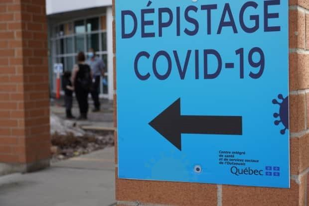 A sign pointing to a COVID-19 testing clinic on boulevard Saint-Raymond in Gatineau, Que., on March 25, 2021. That region's health authority has been expanding testing stations and hours to meet increased demand. (Hugo Belanger/Radio-Canada - image credit)