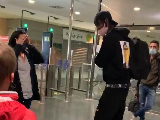 Young man pays for woman's bag (Twitter/@CoolCalmPoch)