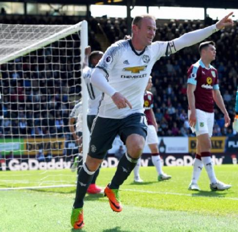 Rooney volta a marcar, United vence e cola no City na tabela do Inglês