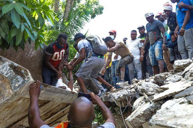 epa09414123 Groups of people carry out searches for survivors after a 7.2 magnitude earthquake, in Los Cayos, Haiti, 14 August 2021. The earthquake struck at 08:29 local time (12.29 GMT) northeast of Saint-Louis du Sud, in southern Haiti, and had a depth of 10 kilometers, according to the United States Geological Survey (USGS).  EPA/Ralph Tedy Erol (Photo: Ralph Tedy ErolEPA)