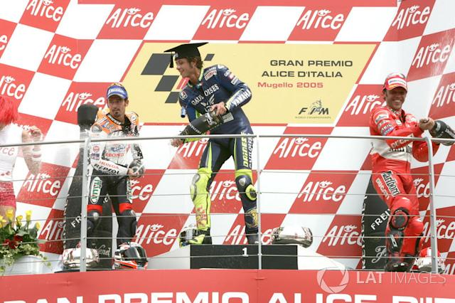 "Podio: 1º Valentino Rossi, 2º Max Biaggi, 3º Loris Capirossi <span class=""copyright"">Gold and Goose / Motorsport Images</span>"