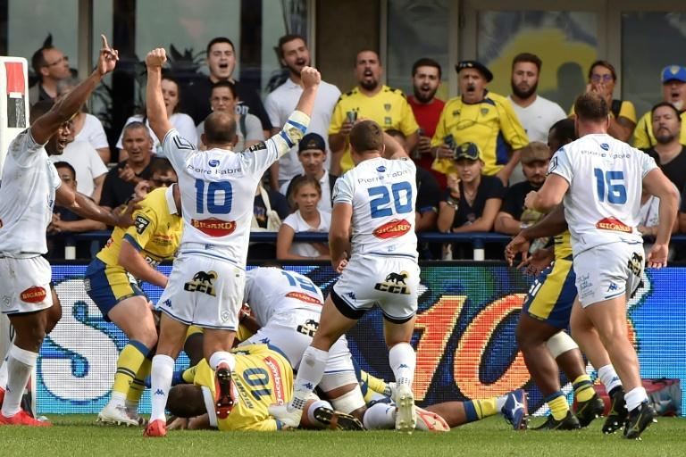 Castres' players celebrate celebrate Kevin Kornath's winning try (AFP/THIERRY ZOCCOLAN)
