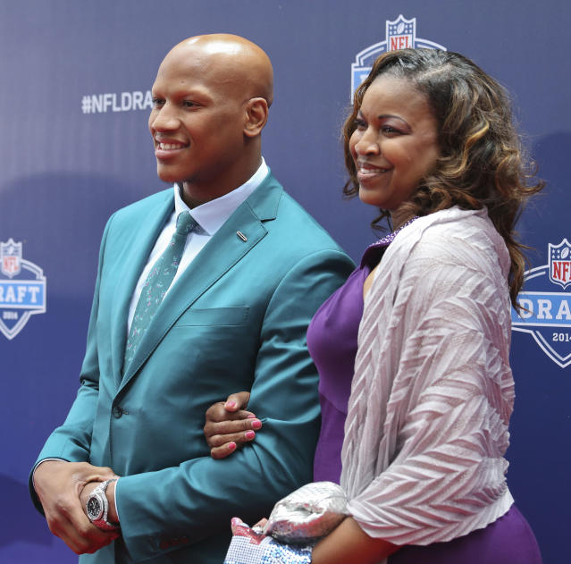 Ohio State linebacker Ryan Shazier, left, poses for photos with his mother, Shawn Shazier upon arriving for the first round of the 2014 NFL Draft, Thursday, May 8, 2014, in New York. (AP Photo/Craig Ruttle)