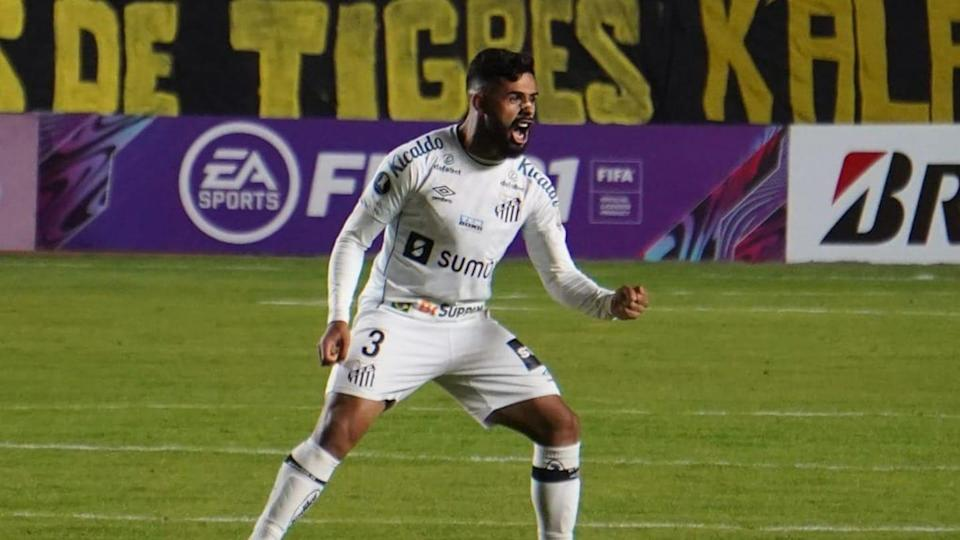 Lateral é titular absoluto do Santos | Javier Mamani/Getty Images