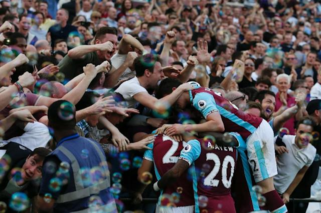 West Ham players and fans celebrate the opening goal scored by Cheikhou Kouyate against Swansea City at The London Stadium, in east London on April 8, 2017 (AFP Photo/Ian KINGTON)