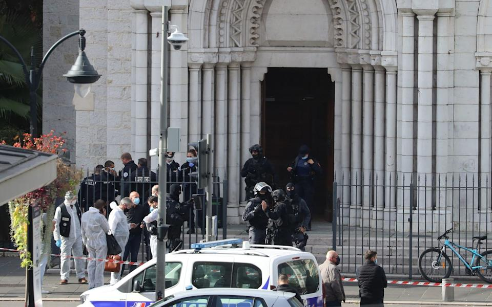 French members of the elite tactical police unit RAID enter to search the Basilica of Notre-Dame de Nice - VALERY HACHE /AFP