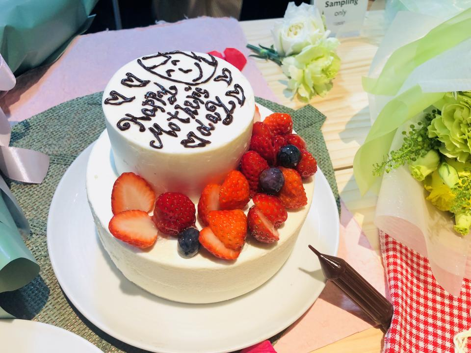 <span>The Mother's Portrait Whole Cake ($45), a design-your-own vanilla sponge cake, comes with a chocolate pen for you to design your cake. The fresh cream cake is topped with strawberry sauce and fresh strawberries.</span> (PHOTO: Wenting/ Yahoo Lifestyle Singapore)