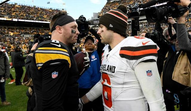Pittsburgh quarterback Devlin Hodges shakes hands with Cleveland's Baker Mayfield after the Steelers 20-13 NFL victory over the Browns (AFP Photo/Justin Berl)