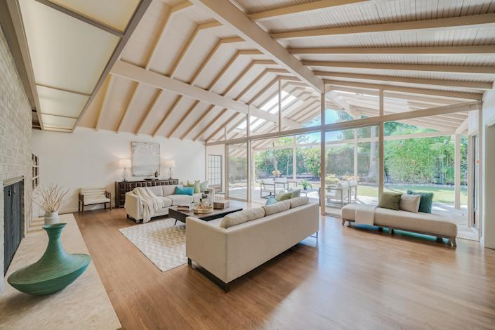 "<div class=""caption""> Fans may recognize the exterior, but the interior of this house looks nothing like the one on television. </div> <cite class=""credit"">Photo: Brandon Valente, Brandon V Photography / Courtesy of Rachelle Rosten, Douglas Elliman</cite>"