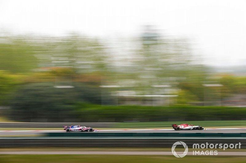 """Antonio Giovinazzi, Alfa Romeo Racing C38, y Lance Stroll, Racing Point RP19<span class=""""copyright"""">Zak Mauger / Motorsport Images</span>"""