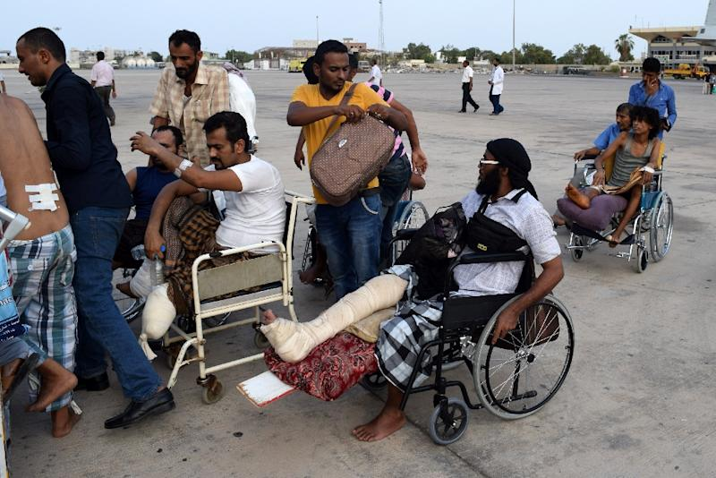 Wounded Yemenis board a plane in Aden before they are evacuated to Sudan, on September 5, 2015 (AFP Photo/Saleh al-Obeidi)
