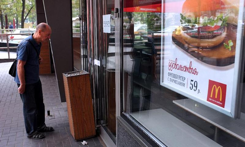 A man looks at a note on the door of a closed McDonald's restaurant, the first to be opened in the Soviet Union in 1990, in Moscow on August 21, 2014 (AFP Photo/Alexander Nemenov)