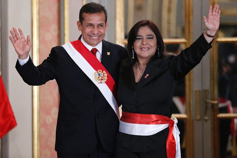 Peruvian President Ollanta Humala (L) waves with Prime Minister Ana Jara during the swearing-in ceremony in Lima on July 22, 2014 (AFP Photo/)
