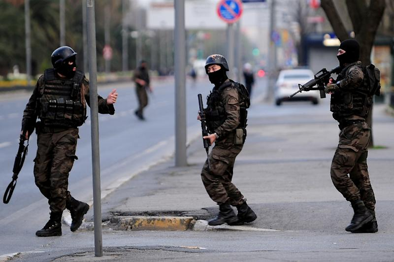 Turkish special forces take position on April 1, 2015 near the police headquarters in Istanbul (AFP Photo/Ozan Kose)