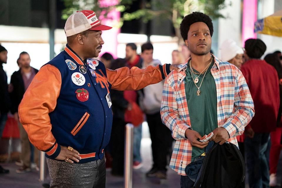 Akeem (Eddie Murphy, links) reist in die USA, um seinen Sohn Lavelle (Jermaine Fowler) nach Zamunda zu holen. (Bild: Courtesy of Amazon Studios)