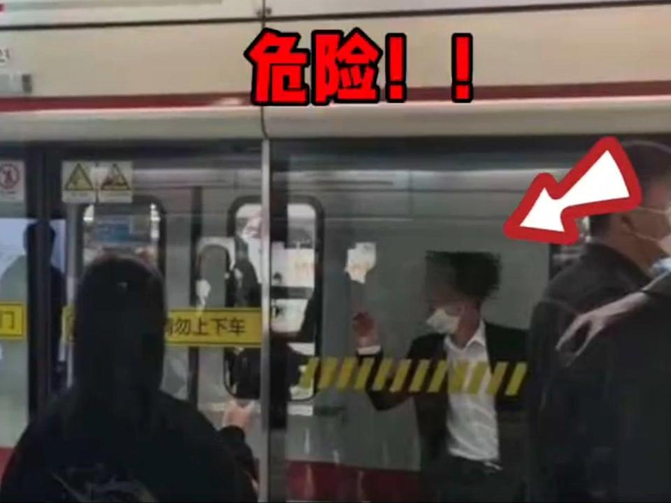 Man gets stuck between train and screen (Weibo/KNEWS)