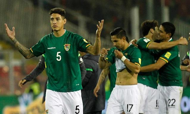 Bolivia's Nelson Cabrera (L) and teammates celebrate after drawing with Chile 0-0 in a Russia 2018 World Cup football qualifier match in Santiago, on September 6, 2016 (AFP Photo/Claudio Reyes)