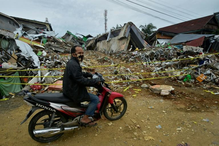 Rescuers say it is unlikely they will find more survivors buried under debris more than 24 hours after the earthquake