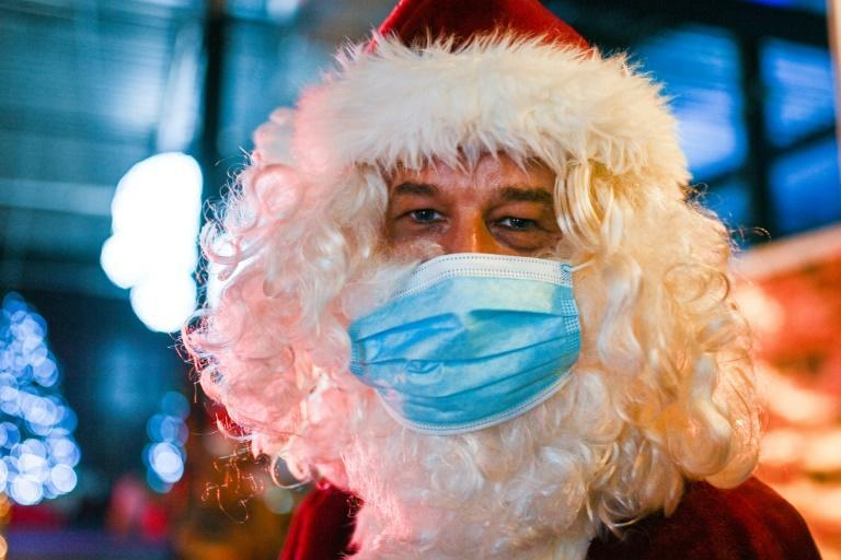 Merry Christmask: Santa Claus taking the necessary precautions at a drive-in Christmas market in Kalkar, western Germany