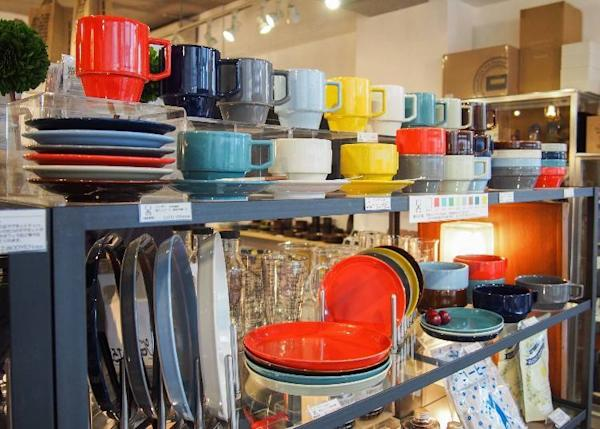The colorful Hasami Japanese brand tableware is popular. Prices vary depending on design between 1,400 yen (small plates) to 2,700 yen (large plates)