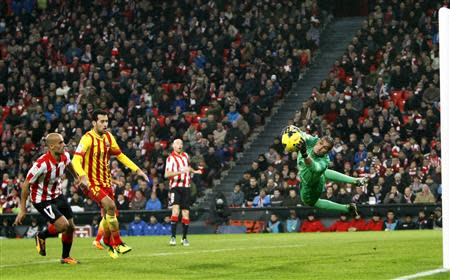 Barcelona's goalkeeper Jose Manuel Pinto (R) saves a shot from Athletic Bilbao's Mikel Rico (L) as Barcelona's Sergio Busquets (2nd L) looks on during their Spanish first division soccer match at San Mames stadium in Bilbao December 1, 2013. REUTERS/Joseba Extaburu