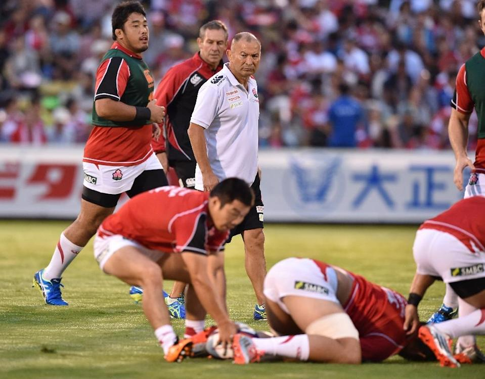 Japan's head coach Eddie Jones (C) watches as his side warms up prior to their friendly rugby union match against Uruguay in Tokyo on August 29, 2015 (AFP Photo/Kazuhiro Nogi)