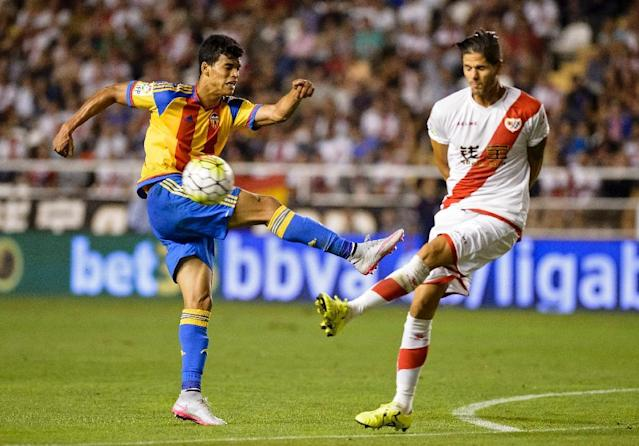Valencia's Portuguese midfielder Danilo Barbosa (L) kicks the ball past Rayo's Portuguese defender Ze Castro during the Spanish league football match Rayo Vallecano de Madrid vs Valencia CF at Vallecas stadium in Madrid, on August 22, 2015 (AFP Photo/Dani Pozo)