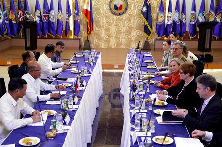 Australian Defense Minister Marise Payne and her staff meet her Filipino counterpart Delfin Lorenzana and other Philippine defense officials during their meeting to discuss military strategy and assistance in the Philippines' fight against Islamist militants in Marawi, at Villamor Air Base in Pasay, Metro Manila, Philippines, September 8, 2017.  REUTERS/Erik De Castro